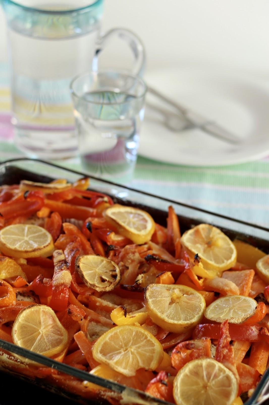 Zitronen-Huhn mit knackigem Ofengemüse und Kräutern