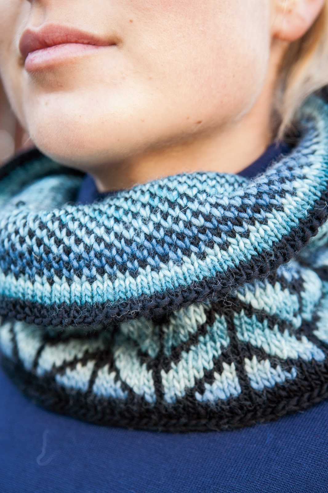 Knitwit pattern debut calamosca cowl using a solid with a gradient really helps the colorwork to pop and short floats make this an excellent project for someone new to stranded work bankloansurffo Images