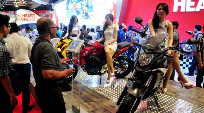 motor bernafsu dan para wanita anggun yang menungganginya Si Cantik di Atas Motor Garang