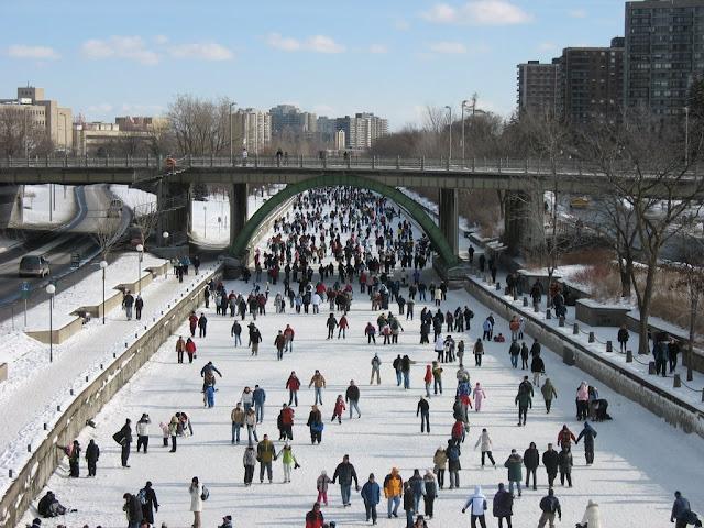 Canadenses-patinando-no-Canal-Rideau-durante-o-inverno