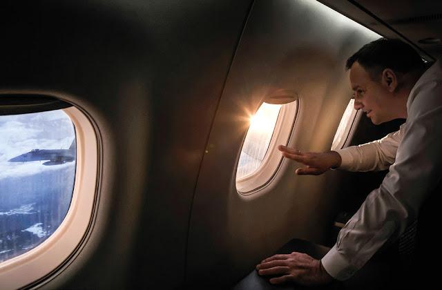 Prezydent Andrzej Duda spogląda przez okno samolotu