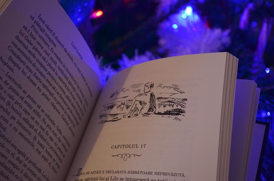 interior carte darul lui jonas de lois lowry luminite craciun
