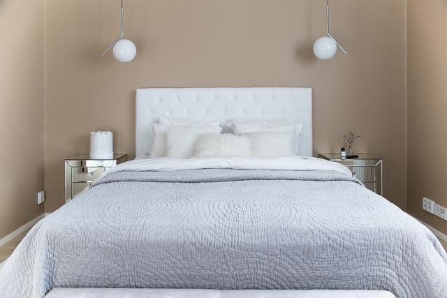 makuuhuoneen sisustus, päiväpeitto, flos ic lights, peilipintainen yöpöytä