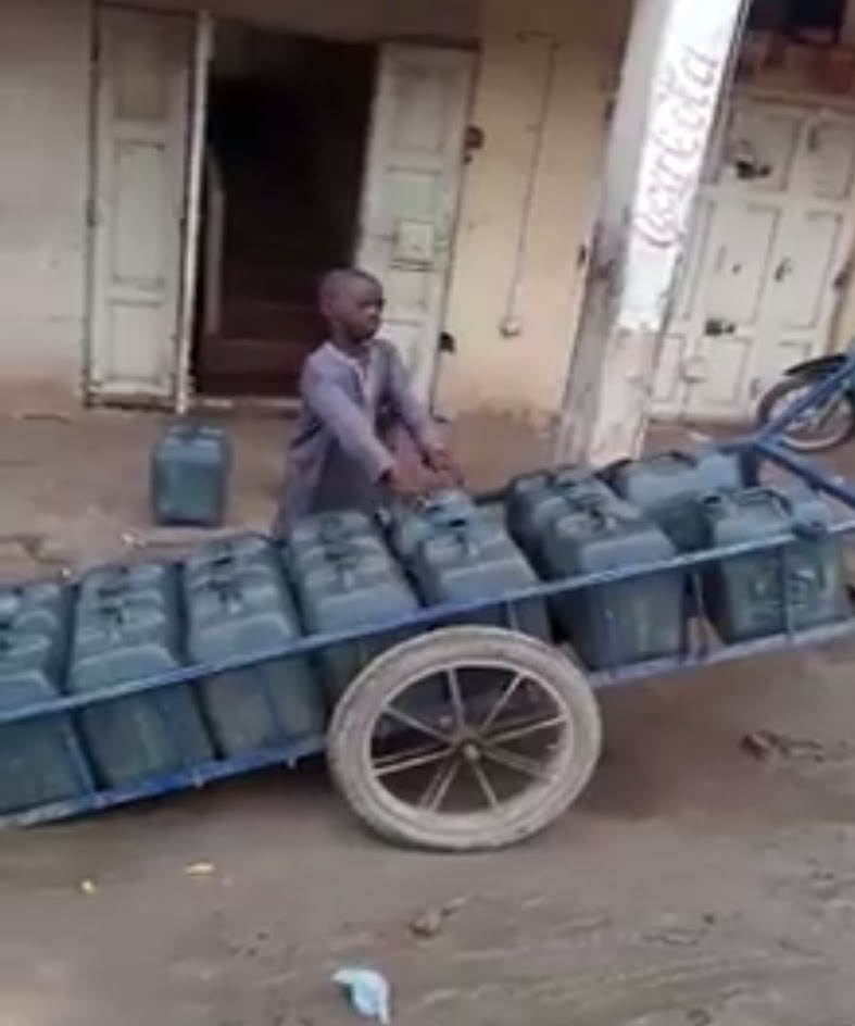 [PHOTOS] 11-year-old orphan makes a living selling water by pushing sixteen 25 litre Jerry cans in a truck, because he hates begging
