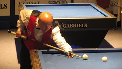 posisi badan saat menyodok billiard
