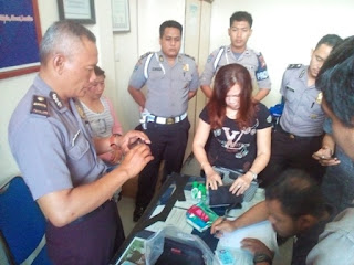 Satuan Kapolres Sekadau bekuk Tiga amoy dan seorang pria, di kawasan wilayah Kabupaten Sekadau, setelah dilaporkan diduga menghipnotis korbannya di Sintang