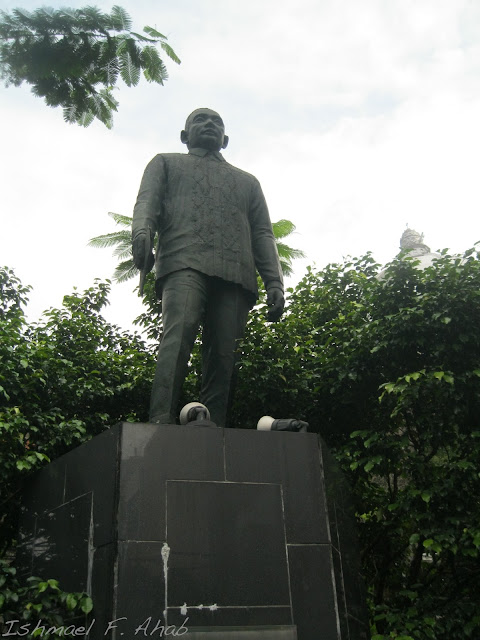 Statue of Roman Ongpin along Quintin Paredes Street.