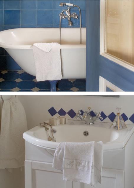 baño, azulejos azules, estilo rústico
