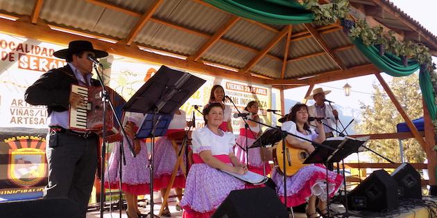 Grupo folclórico sobre el escenario