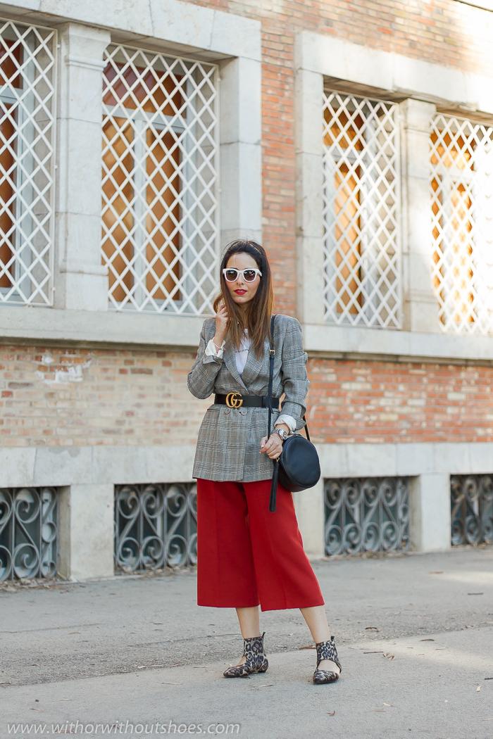 tendencias streetstyle Influencer blogger valencia con look urban chic comodo estiloso culottes chaqueta blazer y botines leopardo AGL