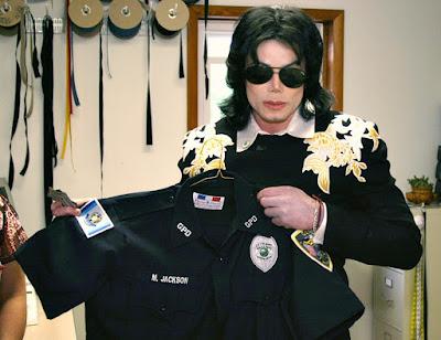 bc05747876 ... a loja, pois eles tinham sido informados da chegada prevista de Michael  30 minutos mais cedo. Ele chegou na loja com sua comitiva, e foi escoltado  por ...