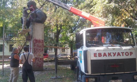 У Львові на площі Маланюка демонтували пам'ятник письменнику Степану Тудору