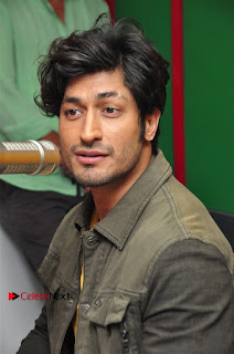 Vidyut Jamwal Adah Sharma Commando 2 Movie Team at Radio Mirchi 95  0018.jpg
