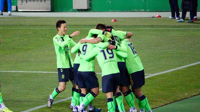 Jeonbuk Hyundai Motors celebrate Lee Dong-gook's goal against FC Tokyo