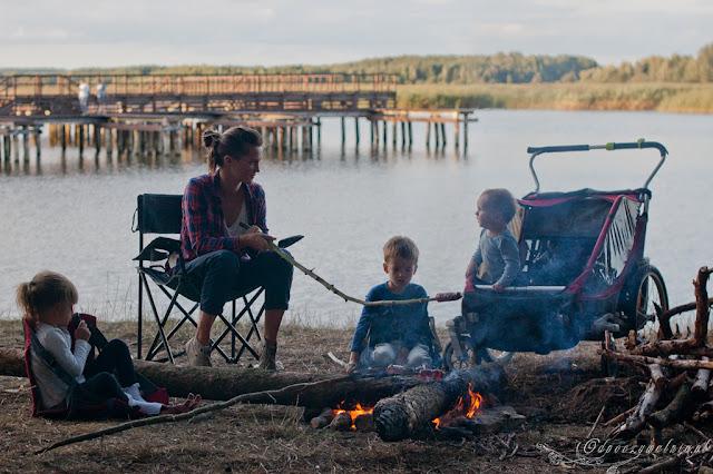 dziecko pod namiotem, biwak dzieci, puszcza bialowieska