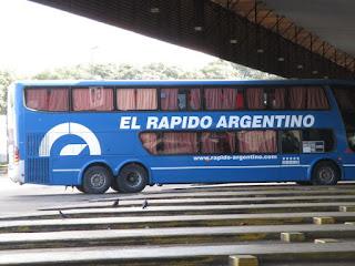 Ônibus da Empresa El Rapido Argentino no Terminal Retiro em Buenos Aires