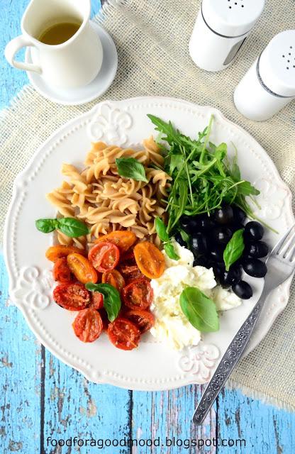 Czy kiedykolwiek wcześniej zdarzyło Wam się piec pomidory? Okazuje się, że w takiej postaci są wybitnie dobre! Można jeść je solo, jako dodatek do dań, albo zrobić z nich pyszną sałatkę w śródziemnomorskim klimacie :)