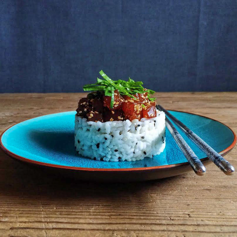 Tartar de atún con arroz y sésamo negro