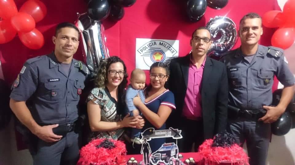 Policiais militares aparecem de surpresa em aniversário de criança que sonha em ser PM