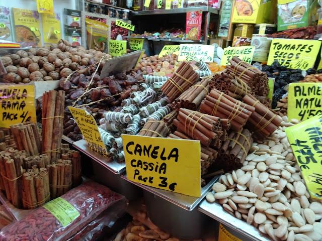 Noten en specerijen op de markt in Malaga: Mercado Atarazanas
