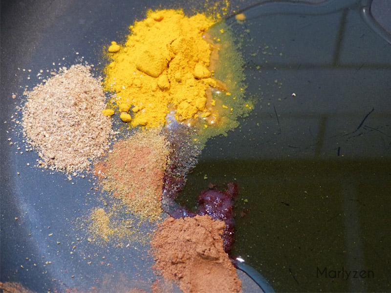 Faites chauffer les épices dans l'huile d'olive.