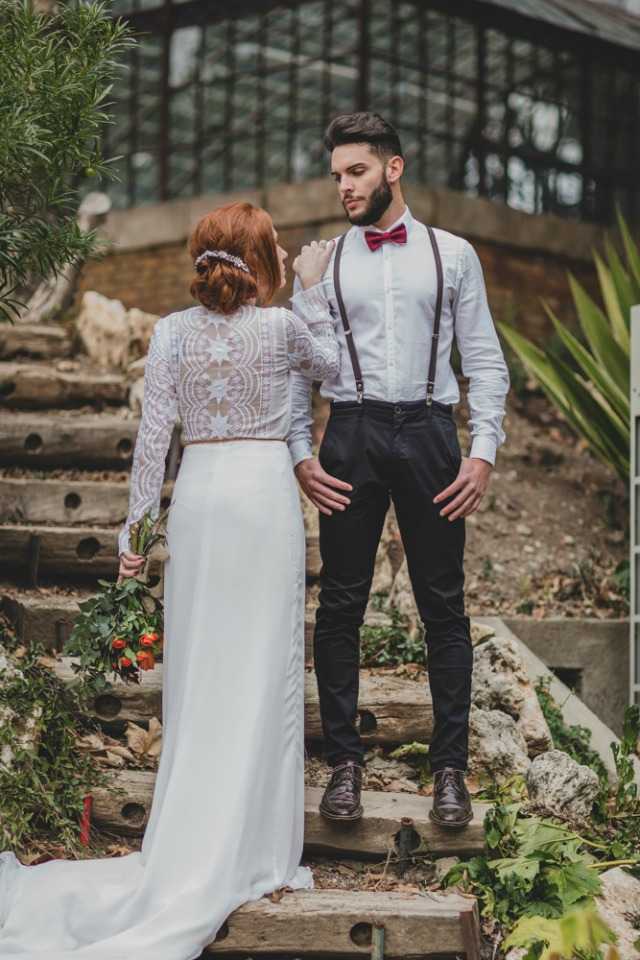 vestido novia color nude - novio con pajarita