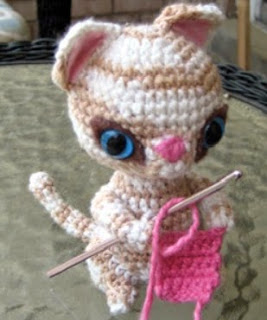 http://es.scribd.com/doc/48752914/Crochet-Kitten-Hook-Holder