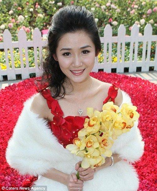 قدم لزوجته فستان   مصنوع من 9999 زهرة في عيد الحب dress_9999_roses_04.