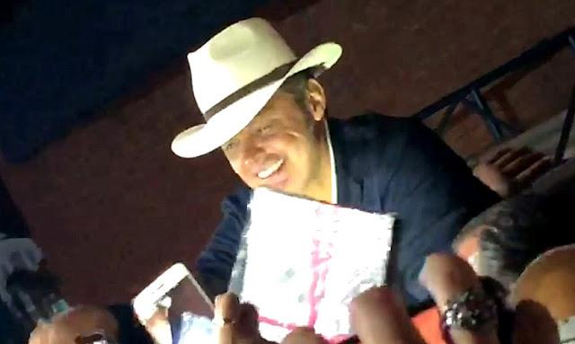 Luis Miguel llego a la ciudad de Córdoba y se detuvo a saludar a los fans
