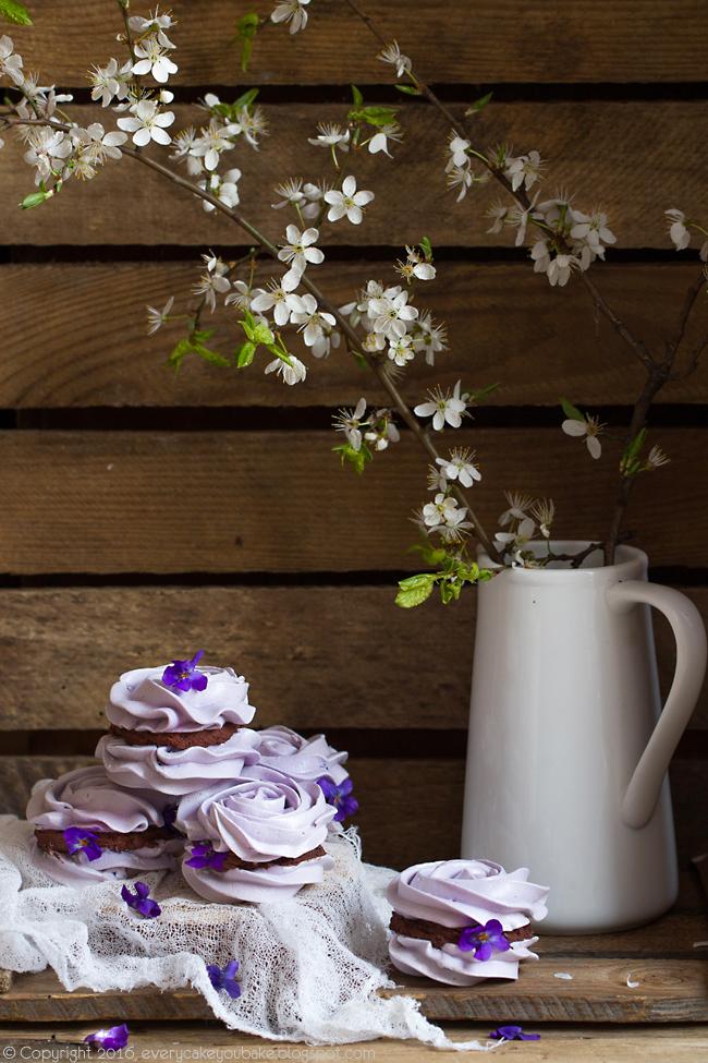 wiosenne bezy fiołkowe z czekoladowym ganache