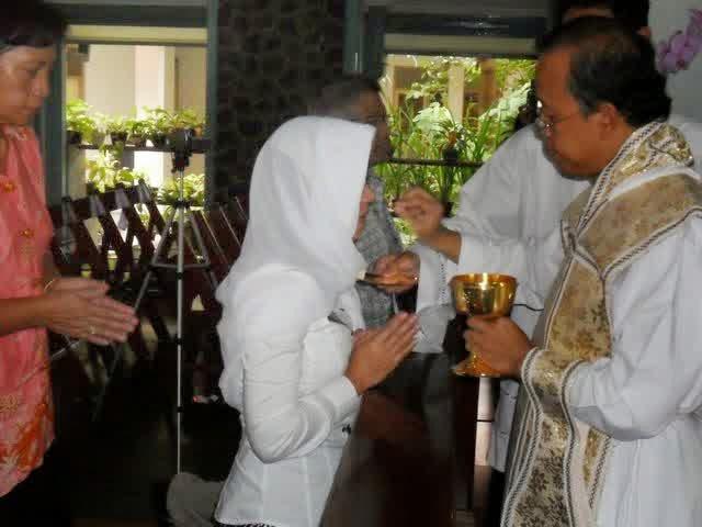 Paroki Santo Petrus Imbau Perempuan Pakai Mantila