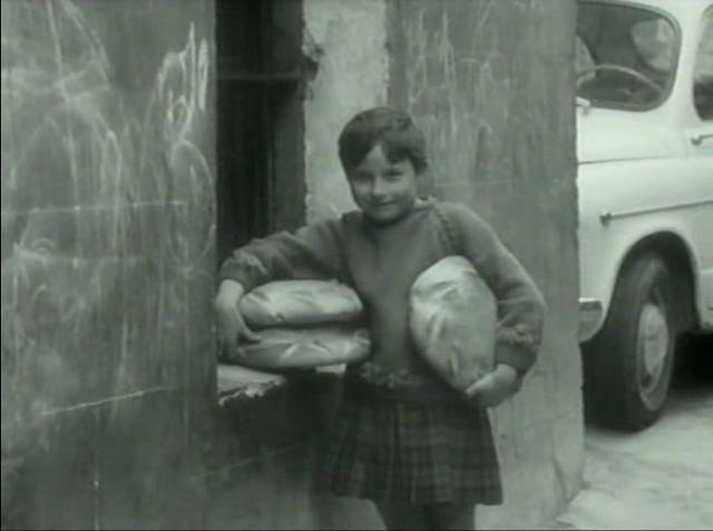 Imagen de 'Lejos de los árboles (1972)' - Niña con hogazas de pan
