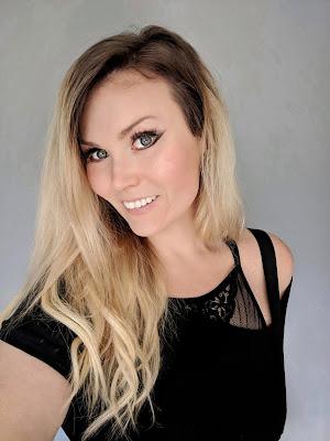 blog blogger blonde bayalage blue eyes winged eyeliner american woman millenial