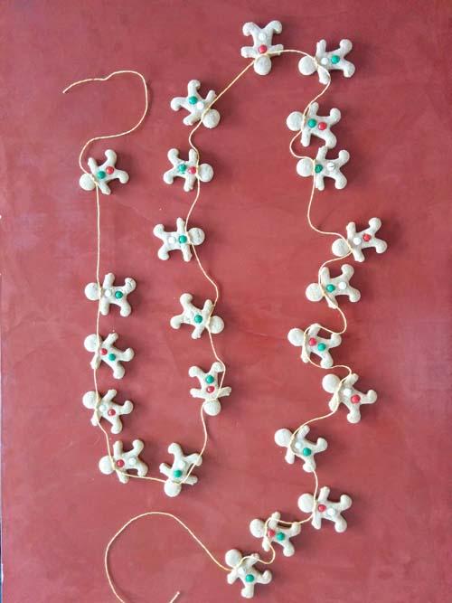 Hombrecitos de jengibre en guirnalda, ideales para decorar en Navidad.
