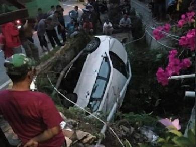 [FOTO] Laka Kalosi, Mobil Avansa Meluncur ke Parit, Penumpang Histeris