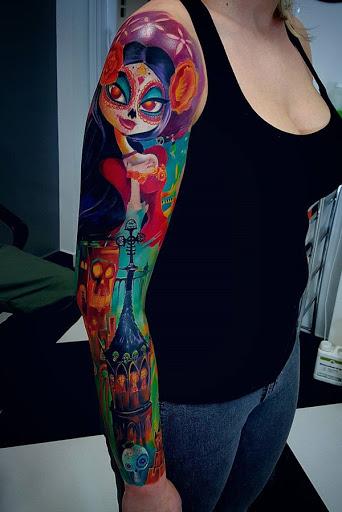 Brilhantemente colorido manga da tatuagem. O que faz este projeto pop, é o uso de tais brilhante e divertido, cores e combinação de cores. Simplesmente por olhar para a tatuagem que você já pode sentir a energia vindo de ti.