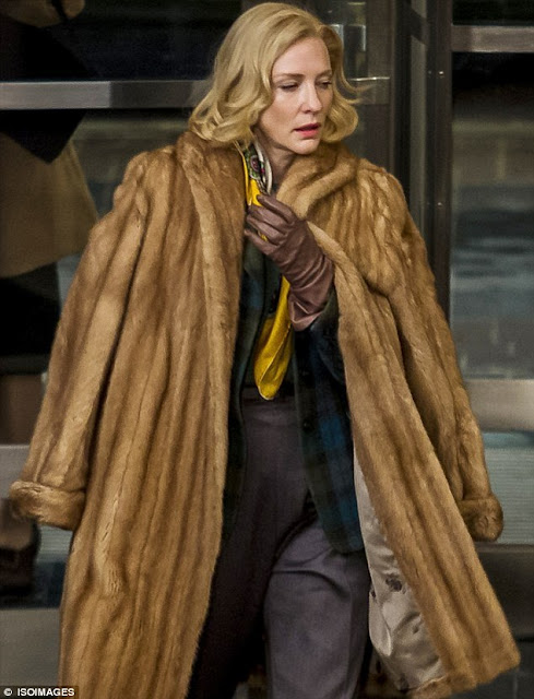 Casaco de frio pesado de pele de animal, carol andando na rua com um mega e pesado casaco na cor caramelo