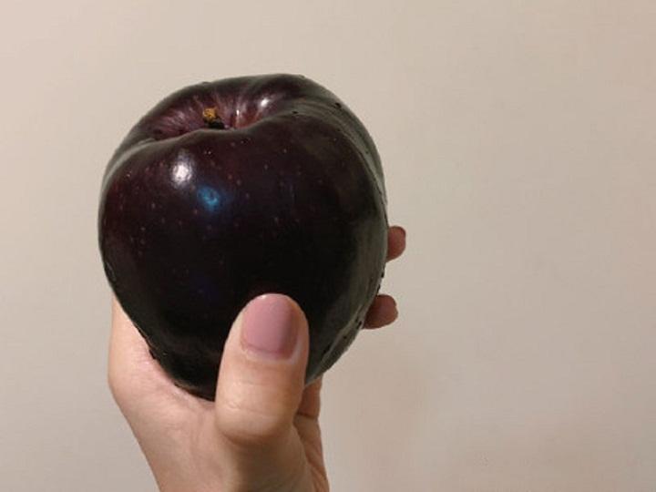 Mahal Bak Berlian, Apel Hitam Ini Dihargai Rp105 Ribu Per Buah