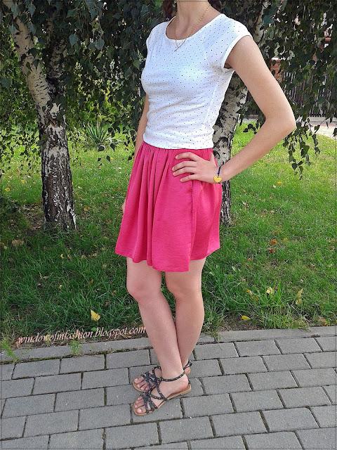 Bluzka w serduszka, różowa spódnica z kieszeniami, sandały z ćwiekami, bransoletka z serduszkiem na rzemyku