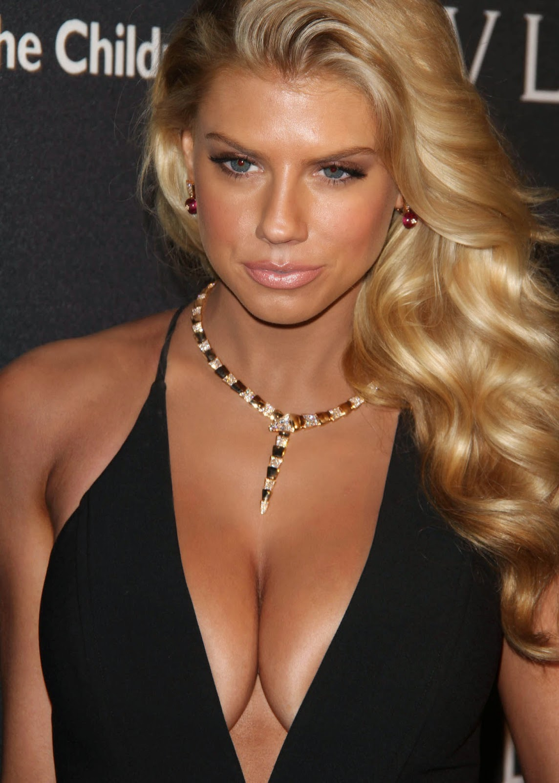 Charlotte McKinney Is No Kate Upton