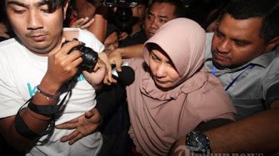 Ya'qud Ananda Gudban mencoba menghindari wartawan saat ditanya perihal kasus korupsi ini (Abah Anton tetap dengan gayanya yaitu tersenyum walaupun telah memakai rompi oranye (makassar.tribunnews.com)