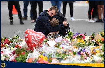 مواطنون يضعون الزهور قرب مكاني المسجدين اللذين شهدا أمس في #نيوزيلاندا