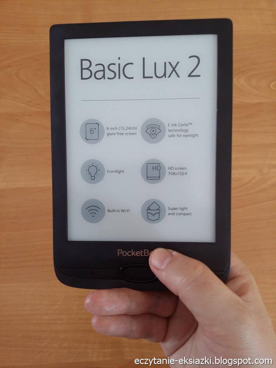 PocketBook Basic Lux 2 trzymany w dłoni