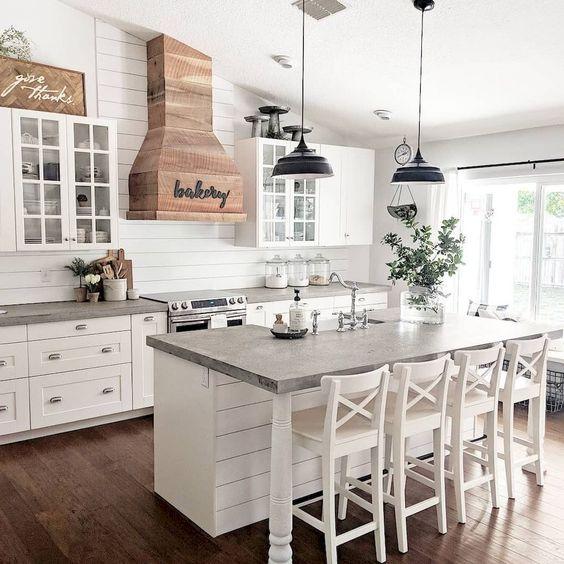 Biała kuchnia w stylu rustykalnym, vintage, retro
