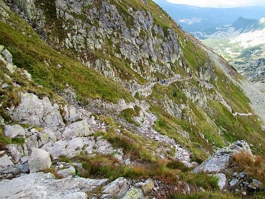 Początek czarnego szlaku ze Świnickiej Przełęczy trawersującego Pośrednią Turnię.