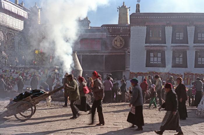 Tibet, Lhassa, Jokhang, fumigation, © L. Gigout, 1990