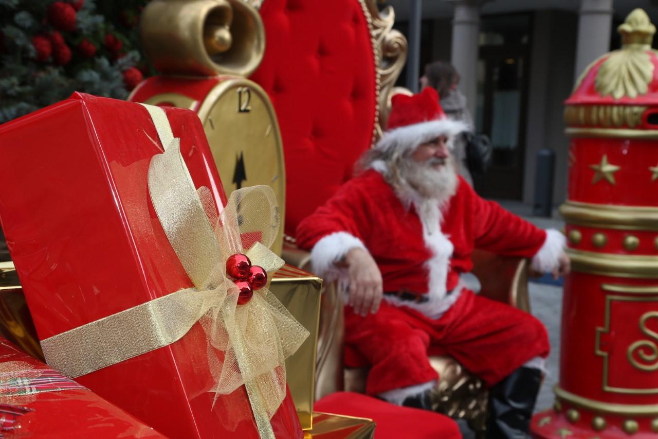 Babbo Natale 4 Salti In Padella.La Nevicata Virtuale E La Montagna Russa Di Babbo Natale Accendono