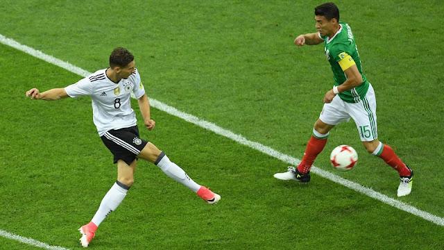 Leon Goretzka tira a la portería en el partido de semifinales de la Copa Confederaciones de Alemania vs. México