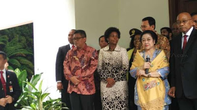 Fifth president of Indonesia Megawati Soekarnoputri with the President of South Africa Jacob Zuma (right) central to the press, at his private residence, Jalan Teuku Umar, Menteng, Jakarta, Wednesday (03/08/2017). [Suara] updetails.com
