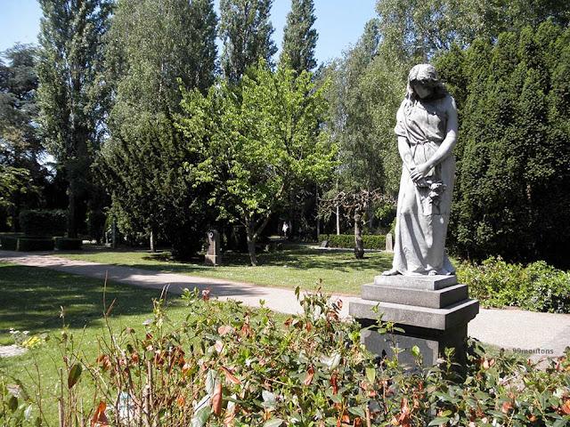 stattue dans un cimetière à copenhague